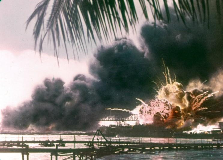 Fotografías a color del ataque a Pearl Harbor 03_uss_shaw