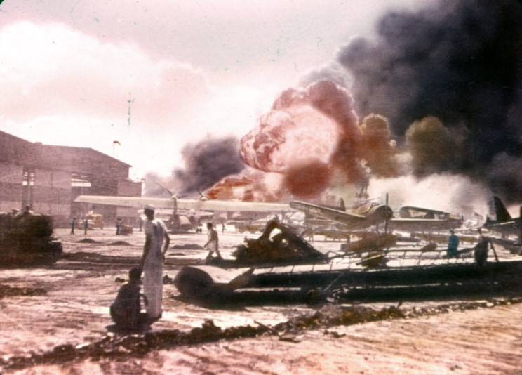 Fotografías a color del ataque a Pearl Harbor 04_uss_shaw
