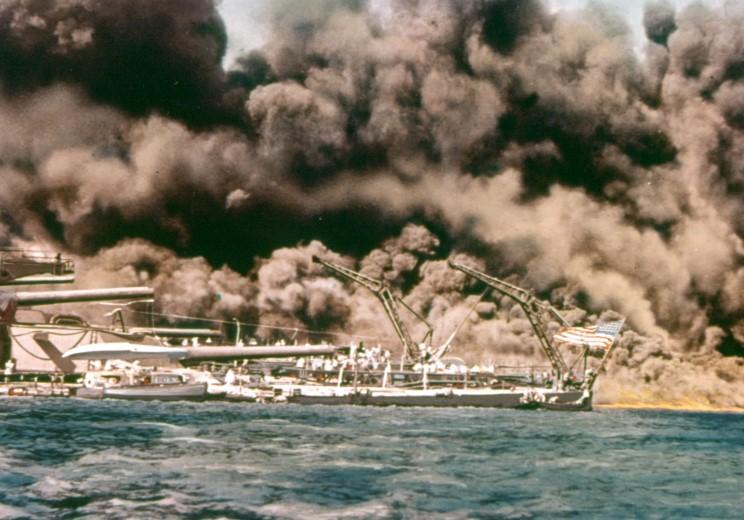 Fotografías a color del ataque a Pearl Harbor 05_west_virginia_and_tennessee