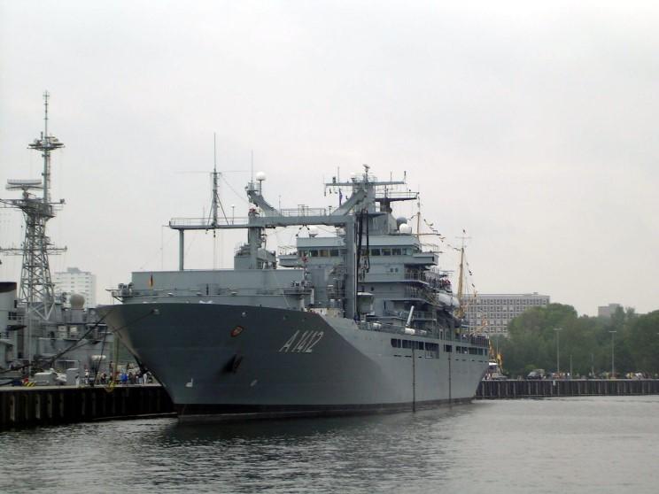 El juego de las imagenes-http://www.maritimequest.com/warship_directory/germany/photos/aux_ships/frankfurt_am_main_a1412/2006_06_00_frankfurt_am_main_a1412_rolf.jpg
