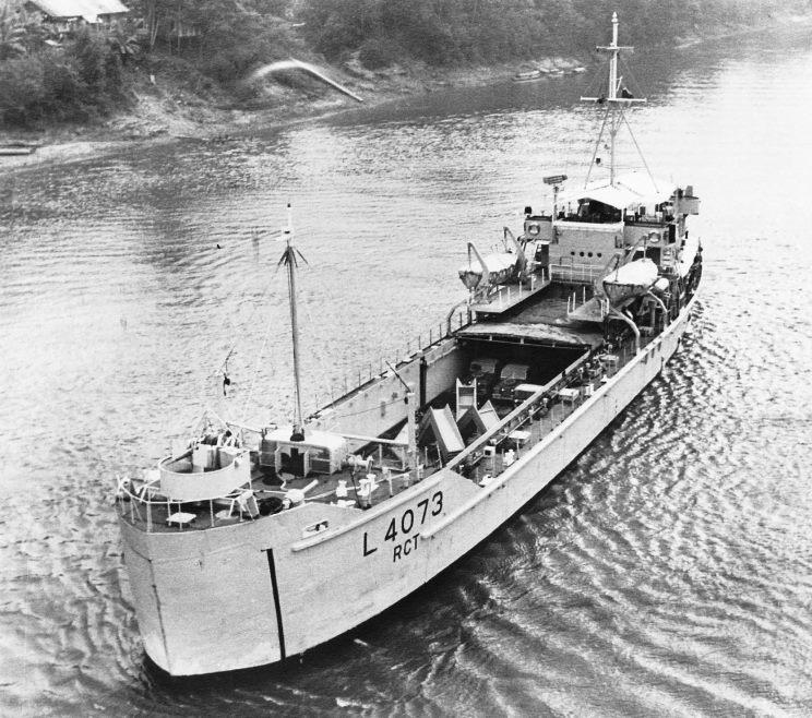 El juego de las imagenes-http://www.maritimequest.com/warship_directory/great_britain/photos/british_army_landing_craft/ardennes_l4073/1962_ardennes_l4073_borneo.jpg